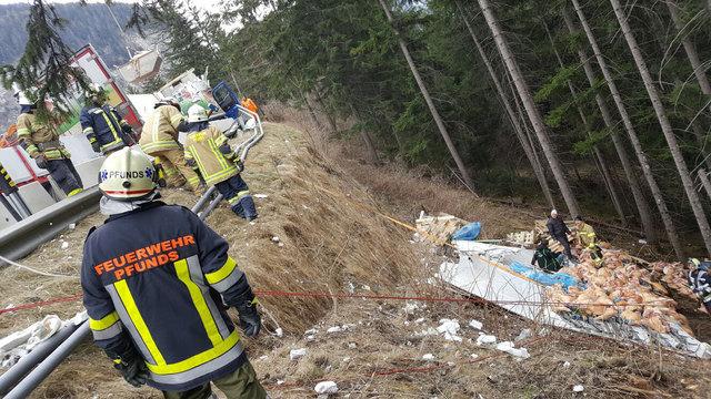 Verkehrsunfall auf der Reschenstraße: Tonnen von Fleisch verteilten sich unterhalb der Fahrbahn.