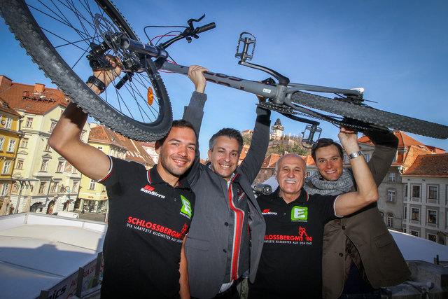 Der Schloßberg ruft: Jacob Zurl, Kurt Hohensinner, Eduard Hamedl und Georg Preidler sind bereit für den härtesten Kilometer auf dem Rad.