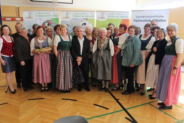 50 Jahre ist es her, dass diese 20 Damen gemeinsam zur Schule gingen.