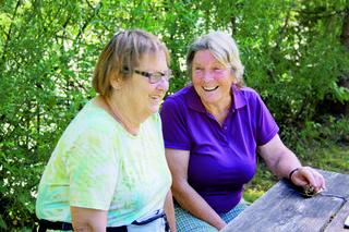 Zahlreiche Menschen in Hinterstoder engagieren sich freiwillig für die Gemeinde – auch Paula Lang und Ilse Fruhmann.