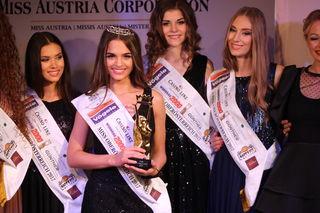 Siegerin Bianca Kronsteiner (vorne) ist Miss Oberösterreich 2017.
