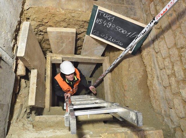 In den betroffenen Häusern werden Grabungen zur Feststellung der Qualität und Tiefe der Fundamente durchgeführt.