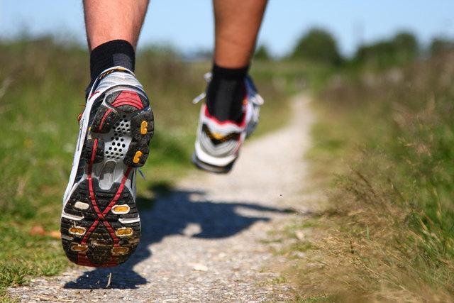 Beim Laufen wirken Kräfte auf den Körper ein, die von den Laufschuhen aufgefangen werden.