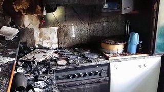 Es stellte sich heraus, dass eine Küche im Obergeschoß des Einfamilienhauses in Brand geraten war.