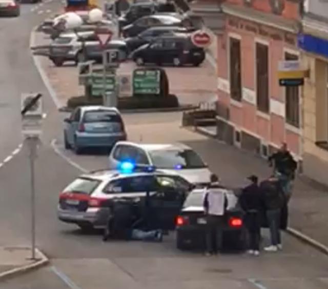 Hier ein Standbild aus einem anonym der Redaktion zugespielten Handyvideo von der Verhaftung