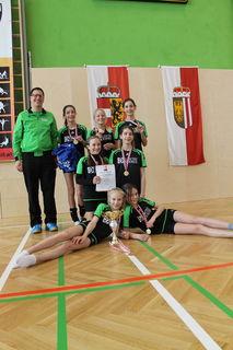 Andreas Gappmaier mit seinen stolzen U12-Meisterinnen.