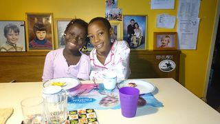 Jeannine (rechts) ist zwölf Jahre und sucht Pflegeeltern. Derzeit wird sie von Dr. Erika Hronicek aus Zwettl betreut.