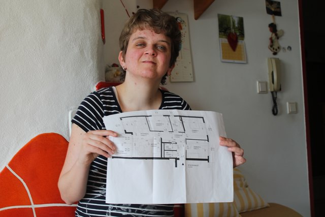 Madeleine Lebschy mit dem Plan ihrer zukünftigen Wohnung, für die sie noch eine Mitbewohnerin sucht.