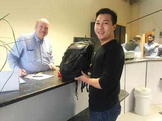 Tägliche Erfolge im Fundbüro: Trung Huynh Minh (r.) erhielt seinen Rucksack von Wolfgang Westermaier zurück.