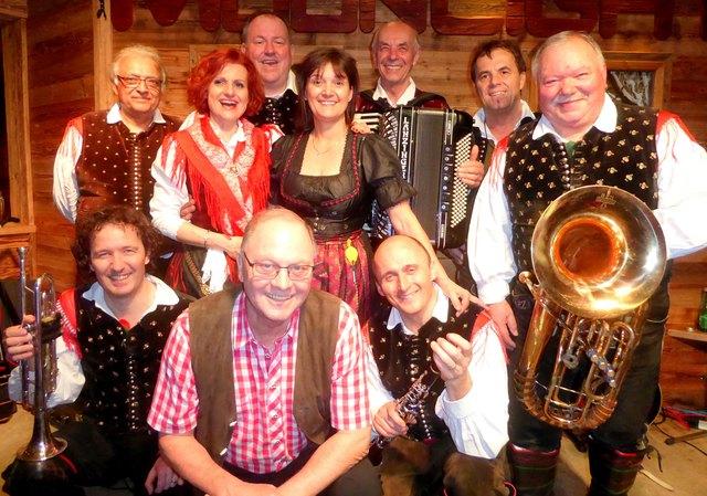 """Die legendären """"Alpenoberkrainer"""" mit Moonlight Bar Wirtin Gabi Schroll (Mitte hinten) und Moonlight Bar Wirt Ernst Schroll Senior (Mitte vorne)."""