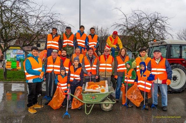 Am Bild die freiwilligen Helfer, die trotz des schlechten Wetters zum Gemeindeamt kamen, um Sierndorf sauber zu halten.