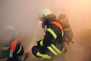 Schlechte Sicht durch Verrauchung macht den Einsatzkräften bei einem Brand im Wohnhaus das Leben schwer. Foto: benjaminnolte/Fotolia