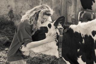 Angela Stöckl hat sich mit einem in Österreich einmaligen Kompostierstall einen Traum erfüllt. Wichtig ist der Andorfer Landwirtin, dass sich die Kühe wohlfühlen und glücklich sind.