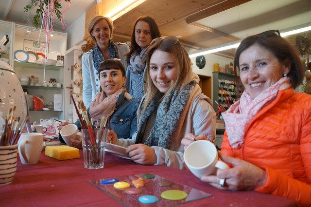 Bei Deko Schneider konnte Gmundner Geschirr individuell bemalt werden. Im Bild: Selma, Sophie und Barbara (sitzend v.l.) mit Simone und Anita von Gmundner.