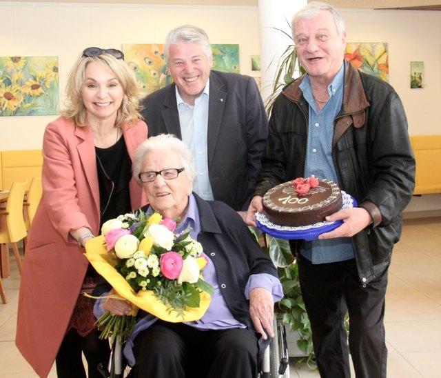 Bürgermeisterin Elisabeth Blanik und die Neffen Günther und Reinhold Abert (re.) gratulierten der rüstigen Jubilarin zum 100er.
