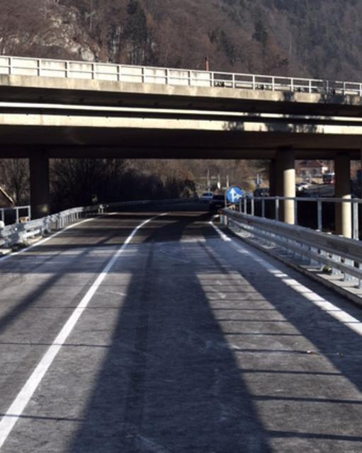 Der LKW blieb bei der Gailbrücke in Federaun stecken