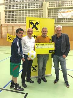 Behindertenhilfe Direktor Johannes Hofer (2.v.re) bei der Scheckübergabe mit Bürgermeister Christian Gepp, Franz Stiller und Raiffeisen-Direktor Andreas Korda.
