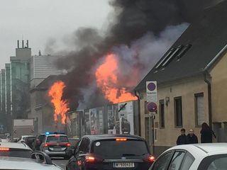 Die Flammen schlugen am Mittwoch auf die Erzherzog-Karl-Straße.