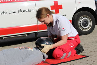 Die ehrenamtliche Erste-Hilfe-Lehrbeauftragte Barbara Graf bei der Helmabnahme.