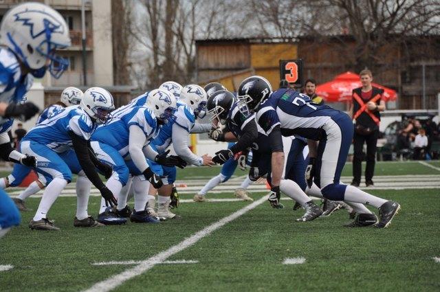 Die Blue Hawks und die Airforce Hawks beim Beginn eines Spielzuges.
