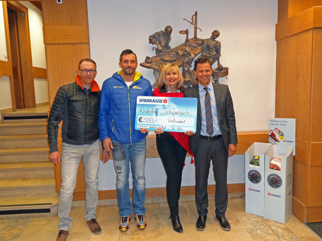v.l.n.r. Christian Wahl, Christian Höhenwarter (SV Schwarzach), Ruth Vogl (Kinderhilfe Schwarzach), Peter Olbort (Sparkasse Schwarzach)