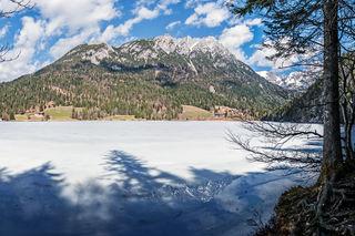Die Eisdecke des Hintersteiner Sees (Wilder Kaiser) schmilzt schon.
