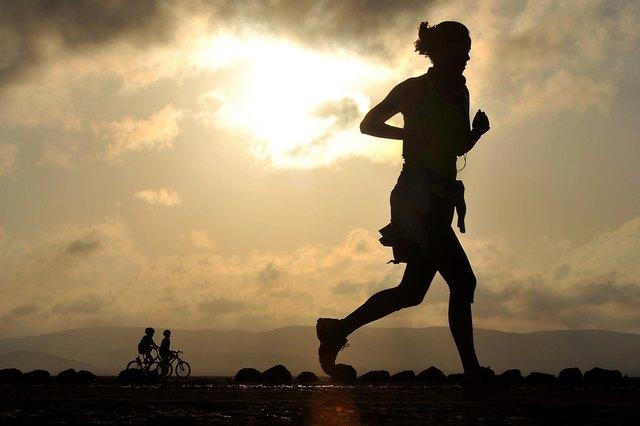 Grundsätzlich sollte man ganzjährig Sport machen, denn sportliche Aktivität wirkt sich positiv auf die Gesundheit aus.