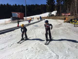 Der Schnee machte den Flüchtlingskindern Wahid und sein Bruder Hamid großen Spaß.