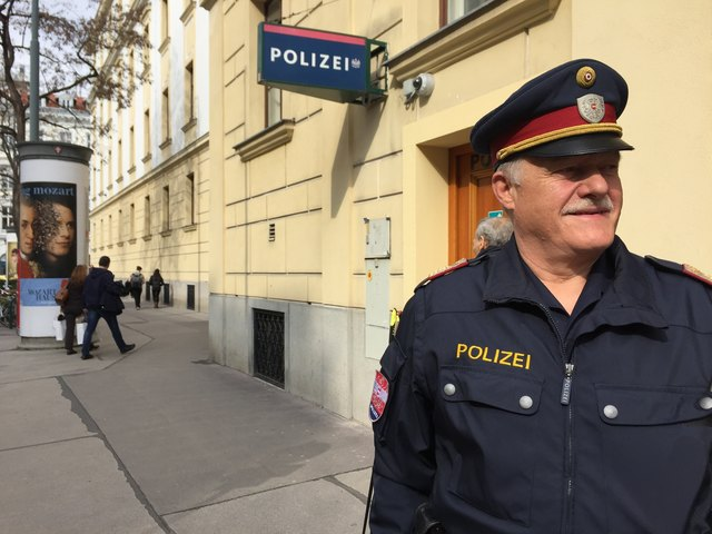 Vor seiner Dienststelle: Josef Gaschl am Weg von der Stiftgasse auf die Mariahilfer Straße.
