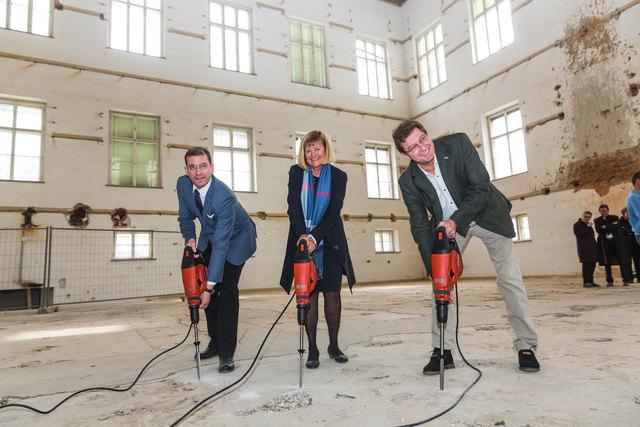 Der Abbruch ist gestartet: Hans-Peter Weiss, Christa Neuper und Peter Scherrer griffen selbst zu den Werkzeugen.