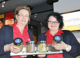 Ellisabeth Dallinger (links) und Gerlinde Scheidl – Mitarbeiterinnen Zwettler Brauerlebnis.