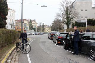 Silvia Nossek am bergaufführenden Fahrradstreifen und Wolfgang Konsel mit Auto beweisen: Hier ist ausreichend Platz für beide