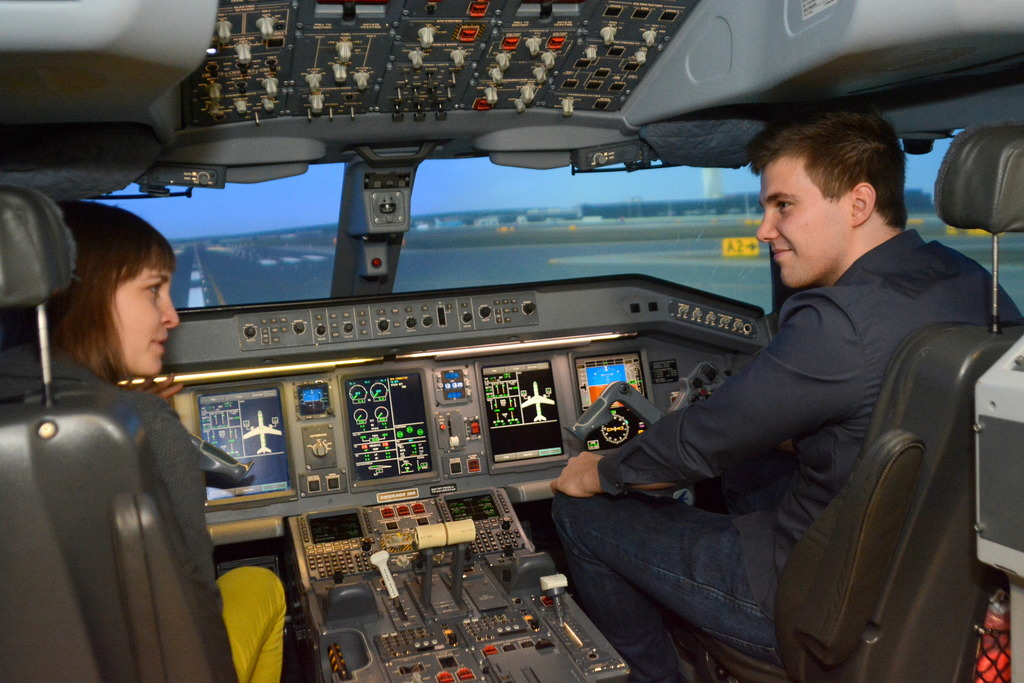 Zum ersten Mal im AUA-Flugsimulator: Flugschüler Leon Bohm im Interview mit meinbezirk.at-Redakteurin Linda Osusky.