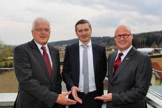 Gerhard Streit und Peter Sükar gratulierten Markus Schriebl.