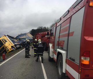 Die Freiwillige Feuerwehr benötigte zum Aufstellen des Lkws in Summe fünf Seilwinden mit einer Zugkraft von rund 65 Tonnen.