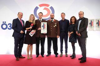 BM Sobotka, Stefan Wild und Konrad Karall von der FF Klingenbach mit Ö3/ORF-Mitarbeiter bei der Übergabe