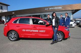 Bildtext: Hyundai-Frühlingswochen: Sabine Hirt lädt mit ihren Mitarbeitern Wolfgang Payer, Josef Haindl und Christoph Wellmann ein.