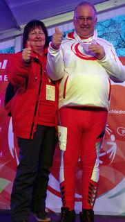 Hannes Cebul freut sich gemeinsam mit Betreuerin Brigitte Panzer über eine Goldmedaille im Langlaufbewerb