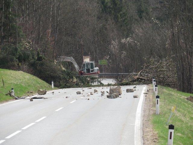 Zwischen Schwoich und Söll bleibt die Eibergstraße (B173) wegen Felssturzgefahr zumindest bis Freitag gesperrt.