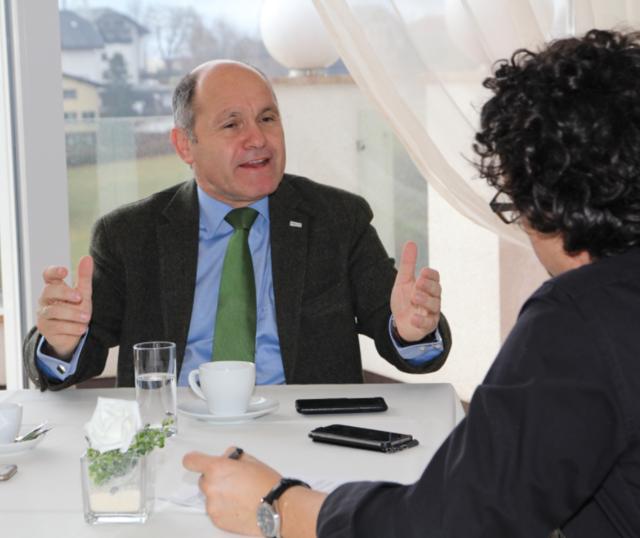 """""""Beim iPhone haben Sie keine Angst vor Überwachung, beim Staat schon? """"Innenminister Wolfgang Sobotka spricht mit WOCHE-Redakteur Wolfgang Kofler"""