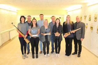 Das siegreiche Sistranser Damenteam mit Einzelsiegerin Michaela Driendl (Mi.) und den Bataillonsfunktionären.