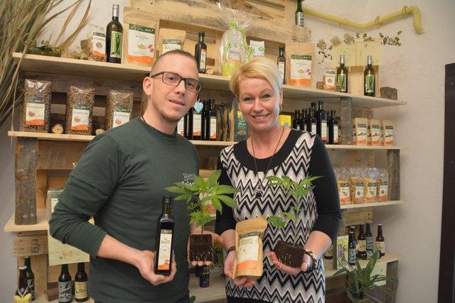 Die etwas andere Gärtnerei: Stefan Fries und Doris Buchegger bieten in der Scheibbser Altstadt viele Hanf-Produkte zum Verkauf an.