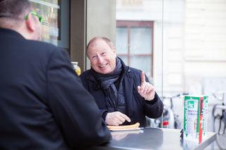Im bz-Interview beim Bitzinger: Moderator Harry Prünster stärkte sich mit einem Paar Frankfurter mit Senf und Ketchup.