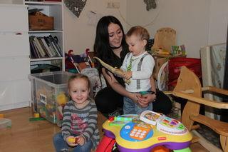 Anja Steinlechner, mit den beiden Kindern Melanie und Ilyas, hat große Freude an ihrem Job.