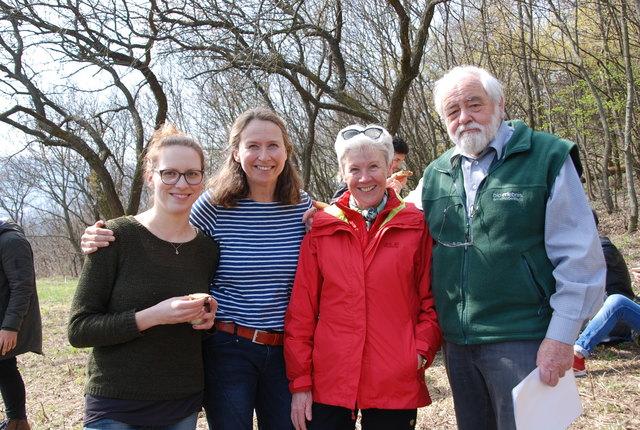 Obstbaumtag am Bisamberg: v.l. Daniela und Veronika Rampetsreiter, Elisabeth Behr und Peter Schawerda