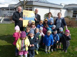 Bürgermeister Franz Dam, Peter Haftner, Kinder, Kindergartenpädagogin Christina Holzer und Kinderbetreuerin Maria Fischer