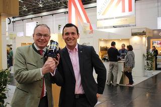 """Auf der ProWein Düsseldorf, der größten und wichtigsten europäischen Weinmesse haben die heimischen Winzer die blau-gelben Fahnen hochgehalten, darunter auch das Weingut Waldschütz aus Kirchberg am Wagram. Pernkopf: """"Insgesamt 200 Weinbaubetriebe aus Niederösterreich haben mit Regionalität und höchster Qualität gepunktet."""""""