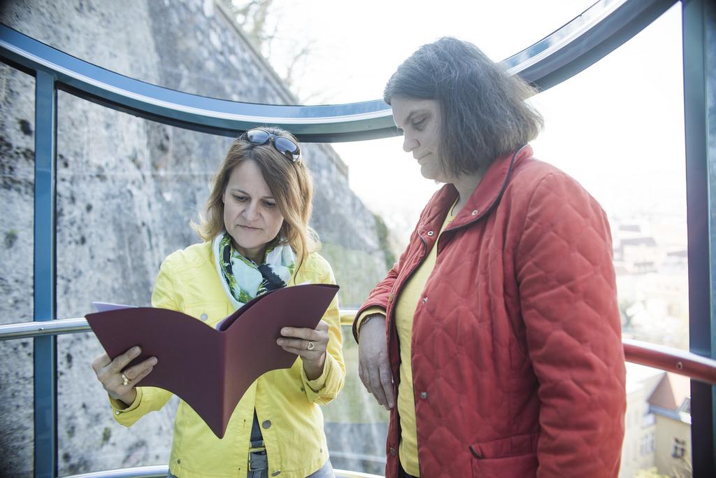 """Die Karriereleiter """"rauffahren"""": WOCHE-Karrierecoach Doria Pfob (l.) berät Ulrike Flakus bei einer Fahrt in der Grazer Schloßbergbahn."""