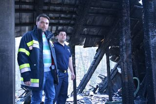 Bürgermeister Lukas Michlmayr und Feuerwehr-Kommandant Andreas Zöchlinger auf dem völlig zerstörten Dachstuhl des Hauses.