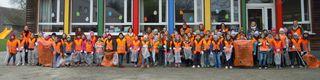 Ausgerüstet mit Warnwesten, Handschuhen und Müllgreifern machten sich alle Schüler und Lehrer der Volksschule Absdorf auf die Suche nach Müll.